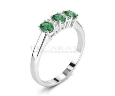 Gli smeraldi e piccoli diamanti ornano l'anello in oro bianco
