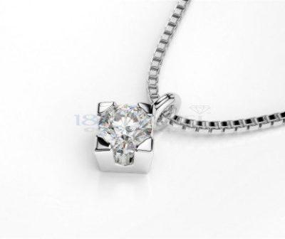 Diamante luminoso sulla splendida collana