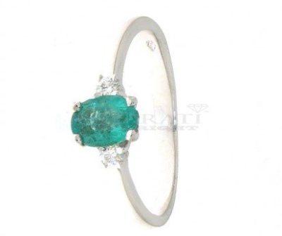 Colore verde lo splendido smeraldo per l'anello